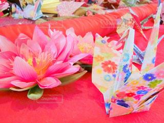 テーブルの上のピンクの花の写真・画像素材[953064]