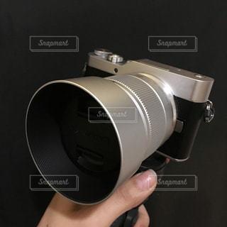 カメラを持っている手の写真・画像素材[954613]