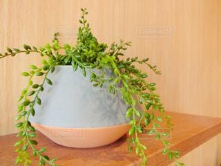 木製のテーブルの上に花の花瓶の写真・画像素材[955509]
