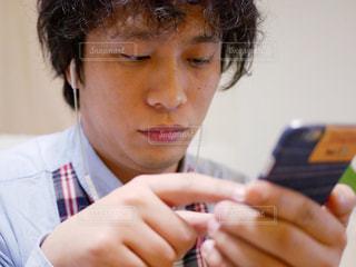 携帯電話を持っている人の写真・画像素材[958068]