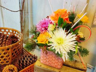 テーブルの上の花の花瓶の写真・画像素材[958722]