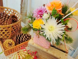 テーブルの上の花の花瓶の写真・画像素材[958723]