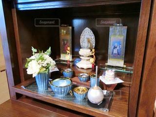 木製のテーブルの上に座って花瓶の写真・画像素材[958724]
