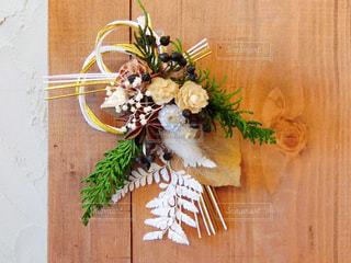 木製のテーブルの上に花の花瓶の写真・画像素材[958725]
