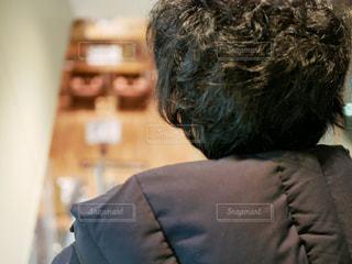 エスカレーター中の男の写真・画像素材[961056]