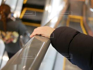 エスカレーターで移動している人の写真・画像素材[961326]