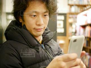 携帯電話を持っている人の写真・画像素材[967605]