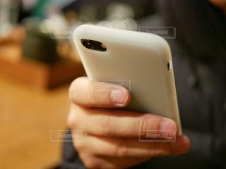 スマホを持つ男性の手の写真・画像素材[967612]
