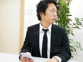 スーツとネクタイを身に着けている男の写真・画像素材[972045]