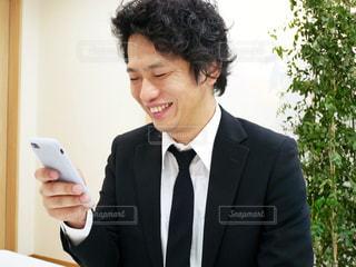スーツとネクタイを身に着けている男の写真・画像素材[972046]