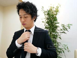 スーツとネクタイを身に着けている男 - No.972050