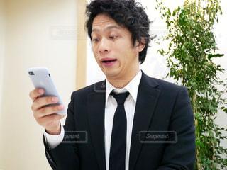 カメラにポーズ鏡の前に立っている男の写真・画像素材[972100]