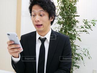 スーツとネクタイを身に着けている男の写真・画像素材[972101]