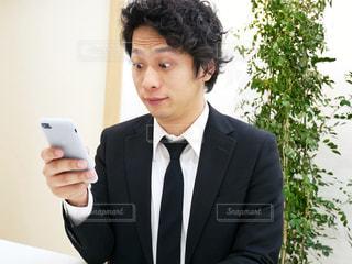 スーツとネクタイを身に着けている男の写真・画像素材[972103]