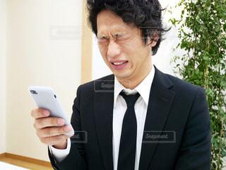 スーツとネクタイを身に着けている男の写真・画像素材[972104]