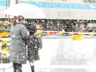 雪の中に立っている人のグループ - No.973651