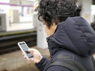 携帯電話を持っている人の写真・画像素材[974707]