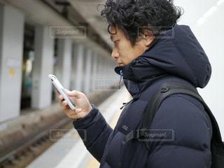 男は、彼の携帯電話を使用しています。 - No.974708