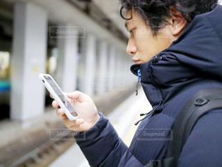 携帯電話を保持している男の写真・画像素材[974711]