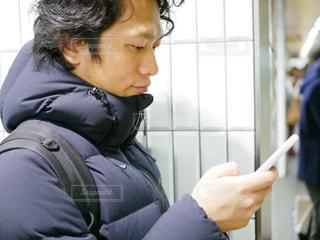 携帯電話を見ている男性の写真・画像素材[974712]