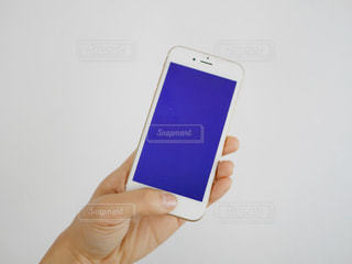 携帯電話を持っている人の写真・画像素材[975671]