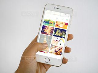 スマートフォンを女性の手元の写真・画像素材[975672]