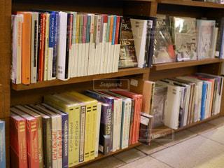 本棚は本でいっぱいの写真・画像素材[977785]