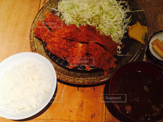 木製のテーブルの上に食べ物のボウルの写真・画像素材[977933]