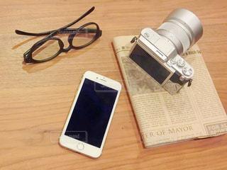 木製のテーブルの上に横たわる携帯電話 - No.978139