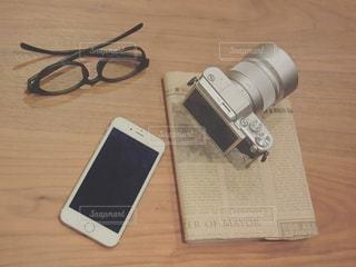 テーブルの上の携帯電話の写真・画像素材[978140]