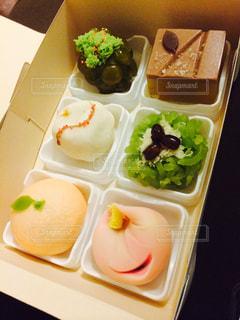 トレイの上に食べ物の種類でいっぱいのボックス - No.978339