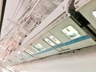 雪の中走る電車の写真・画像素材[978927]