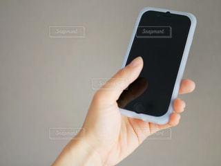 携帯電話を持つ女性の手の写真・画像素材[979044]