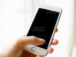 携帯電話を持つ女性の手の写真・画像素材[979045]