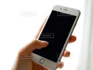 携帯電話を持つ女性の手元の写真・画像素材[979046]