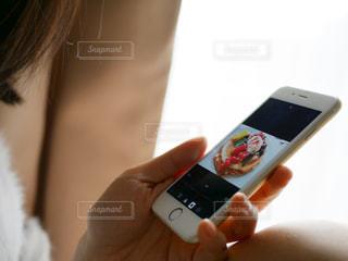 スマホを持つ女性の手の写真・画像素材[979047]