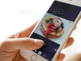 携帯電話を持つ女性の手の写真・画像素材[979048]