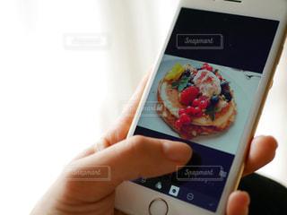 携帯電話を持つ手の写真・画像素材[979049]