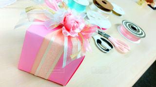 テーブルの上のプレゼントの写真・画像素材[980521]