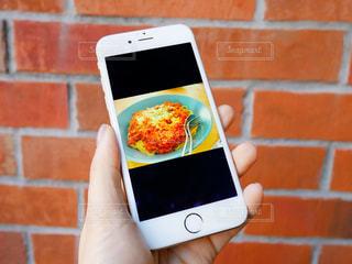 携帯電話を持つ手の写真・画像素材[980849]