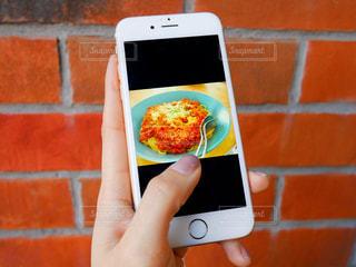 携帯電話を持つ女性の手元の写真・画像素材[980850]