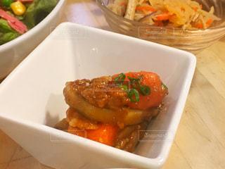 肉と野菜の入ったプラスチック容器の写真・画像素材[981352]