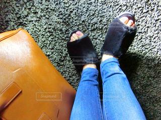 黒い靴を履いて足のペアの写真・画像素材[981378]