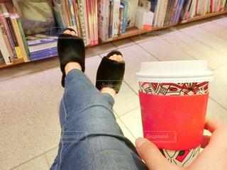 本を持っている人の写真・画像素材[981379]