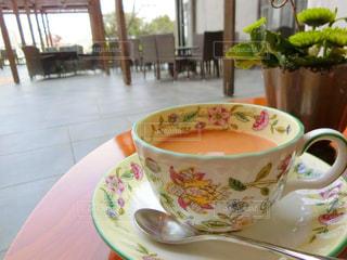 テーブルの上のコーヒー カップの写真・画像素材[981381]