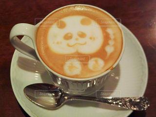 テーブルの上のコーヒー カップの写真・画像素材[981406]