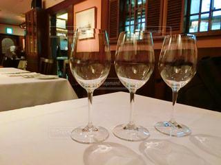 ワイングラスとテーブルに座っている人のグループの写真・画像素材[981408]