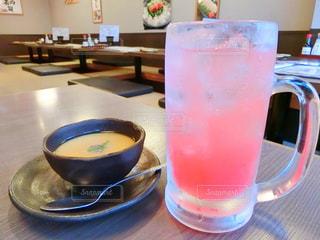 コーヒーとテーブルの上のガラスのカップの写真・画像素材[981428]