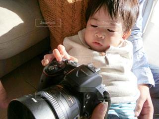 赤ん坊を持っている人の写真・画像素材[981432]