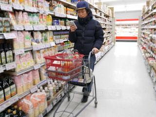 店の前に立っている人の写真・画像素材[982343]
